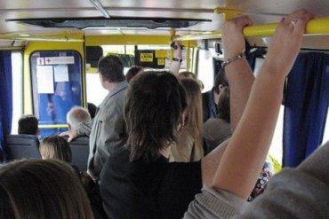 В киевской маршрутке пенсионер с ножом напал на пассажира