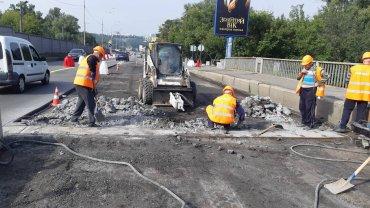 Дві смуги в напрямку центру мосту Метро перекрито через капітальний ремонт – КМДА
