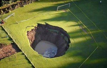 В Мексике половина футбольного поля обвалилось в глубь Земли