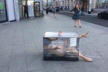Обнаженная россиянка устроила акцию протеста напротив здания ФСБ