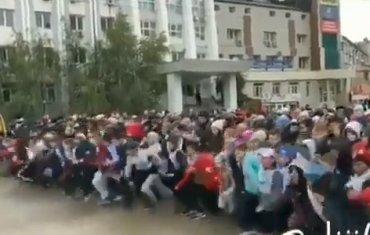 В Сети обсуждают массовое падение детей на забеге в Якутии