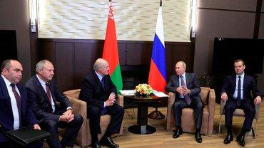 В Сети смеются над Медведевым на приставном стуле у Путина