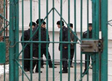 В харьковской тюрьме заключенный почти насквозь проткнул заточкой другого осужденного