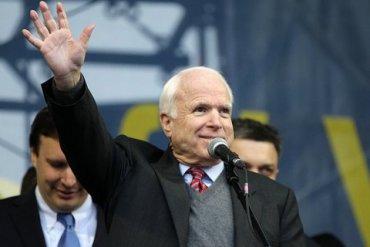 Порошенко предложил назвать улицу в Киеве в честь Маккейна
