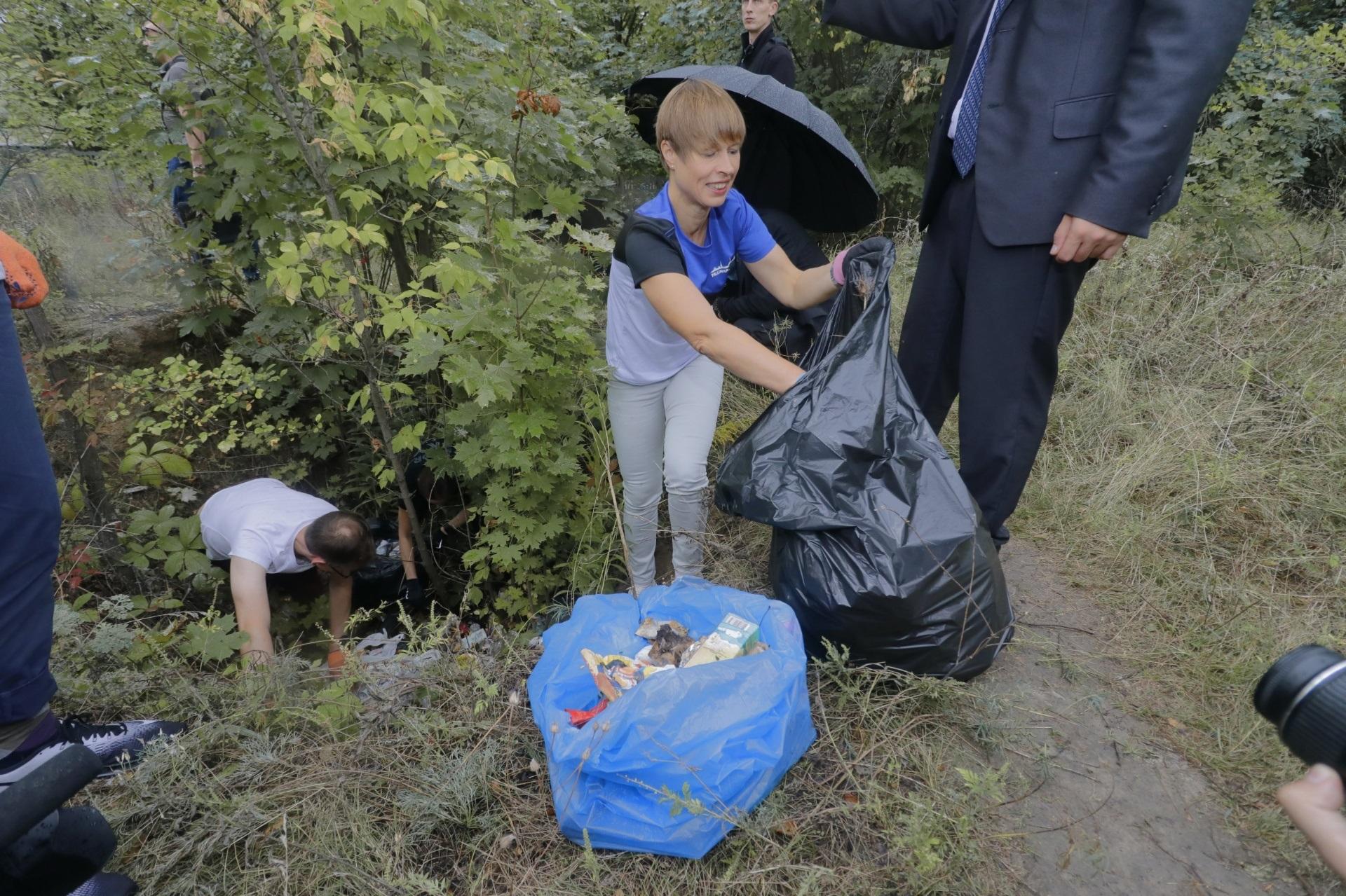Президент Эстонии и мэр Днепра убирали мусор