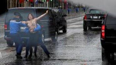Полуобнаженная активистка Femen пыталась запрыгнуть на кортеж Трампа