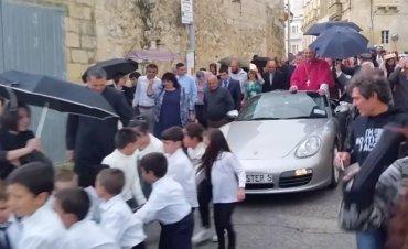 На Мальте детей заставили тянуть священника на Porsche к церкви