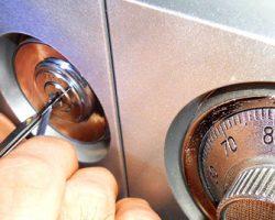 Как справиться с заклинившим замком в домашнем сейфе с гарантией