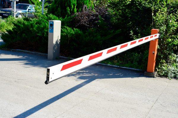 Автоматический шлагбаум для ограничения проезда на территорию